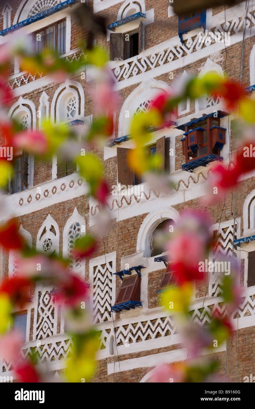 Fachada de los edificios y decoraciones florales San'a, Yemen Imagen De Stock