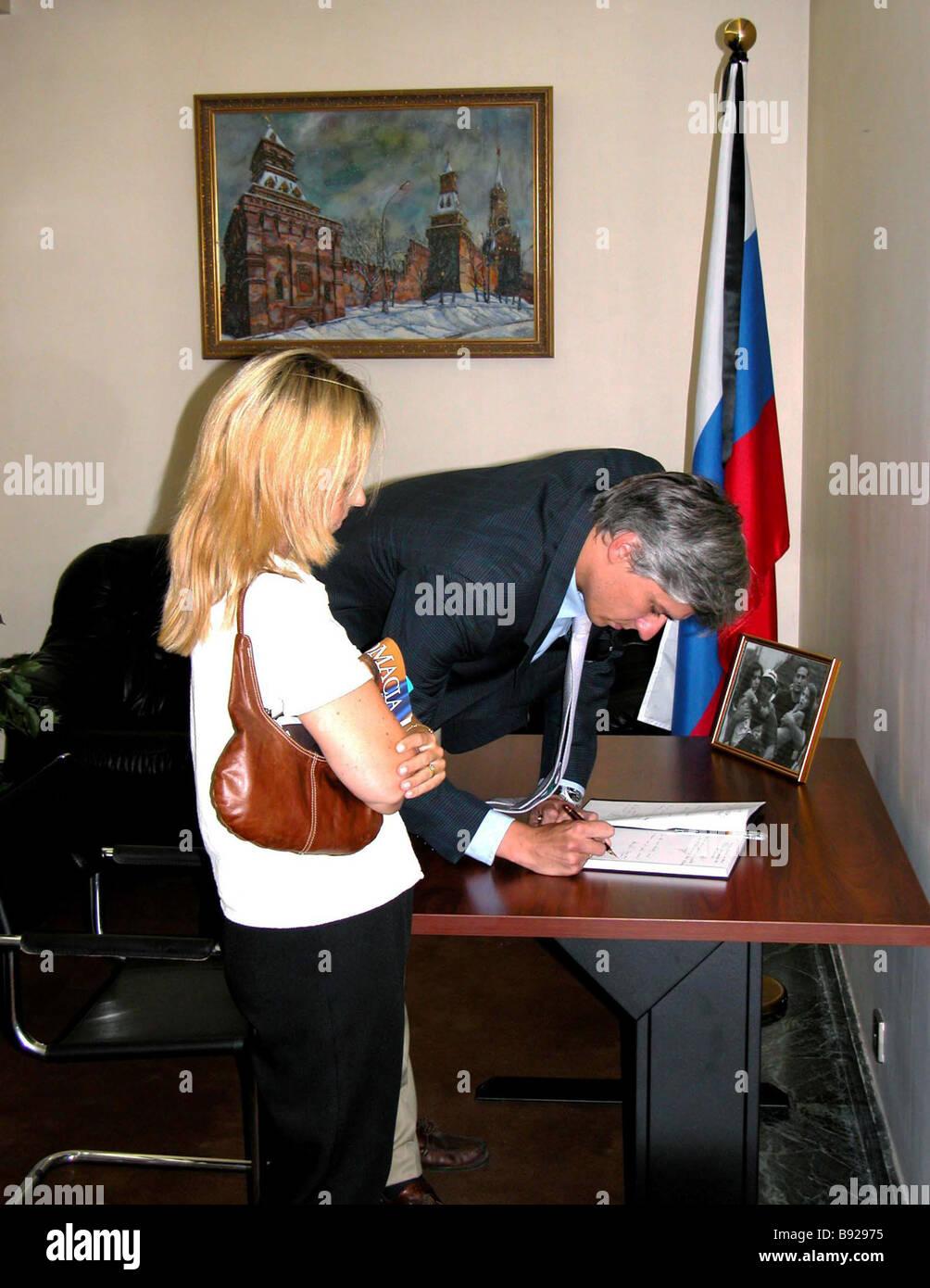 La Embajada de Rusia en Madrid abrió el libro de condolencias en relación con los trágicos sucesos Imagen De Stock