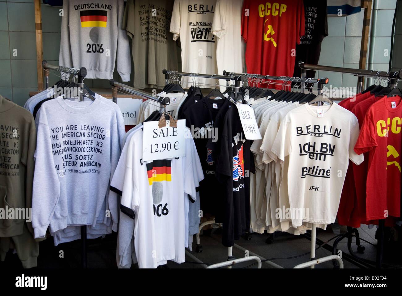 Guerra Fría y diversos artículos para turistas en venta cerca de Checkpoint Charlie, en Berlín, Alemania Imagen De Stock