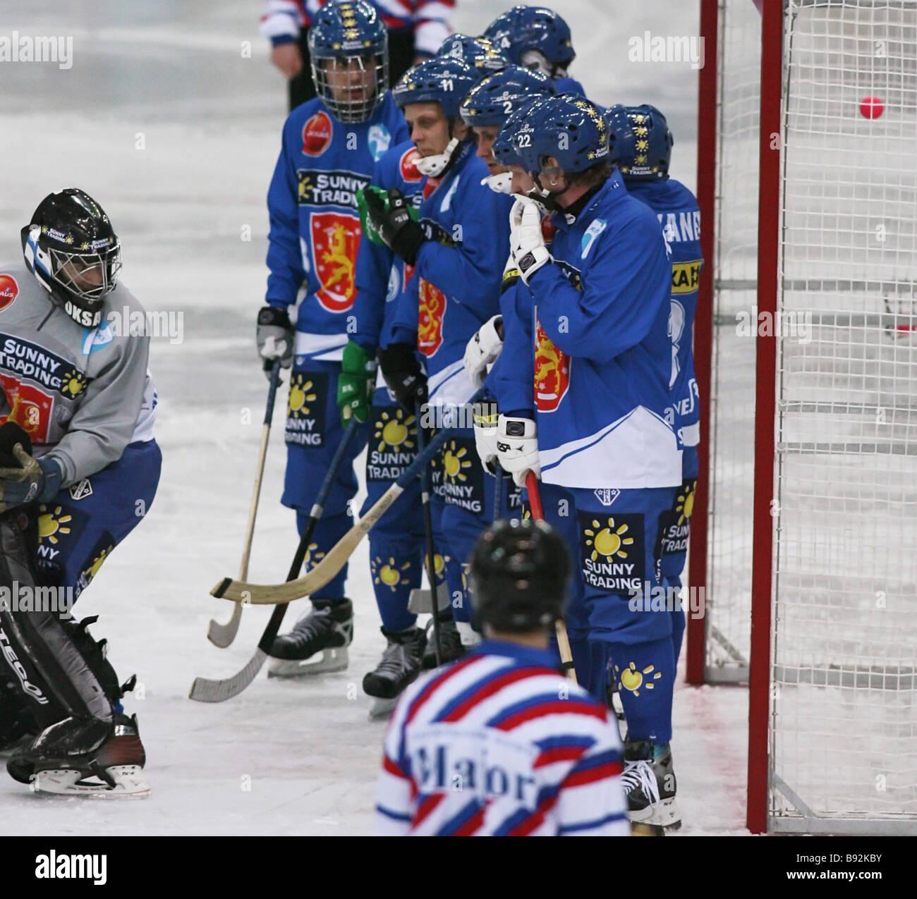 Un jugador de hockey ruso marcó un gol a Finlandia Imagen De Stock