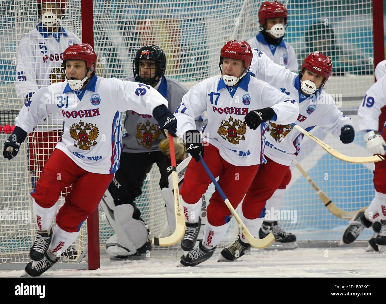 Federación de pelota jugadores de hockey defendiendo su meta Imagen De Stock