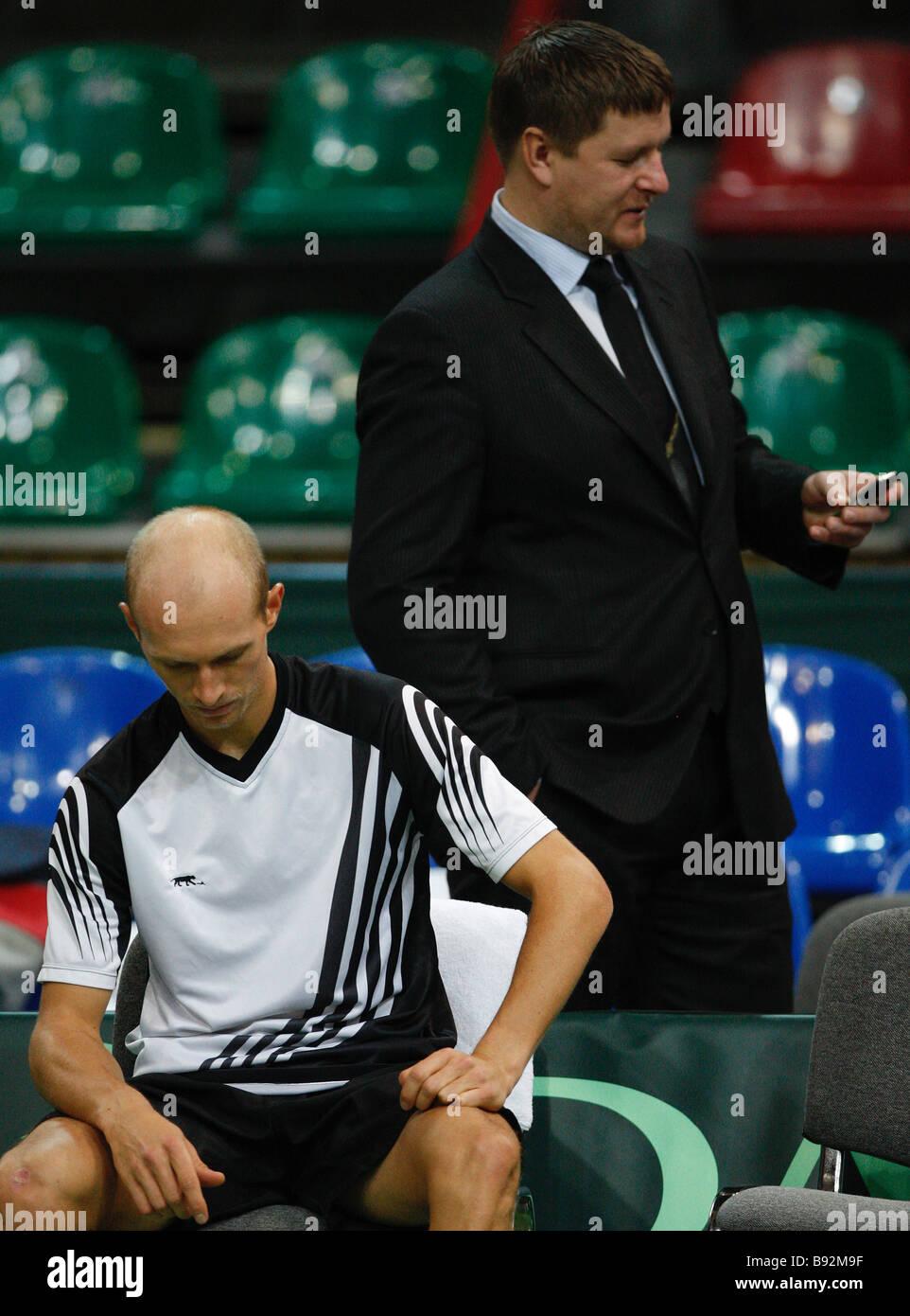 El tenista ruso Nikolay Davydenko el primer plano y el famoso jugador de tenis Yevgeny Kafelnikov en una práctica para la próxima Foto de stock