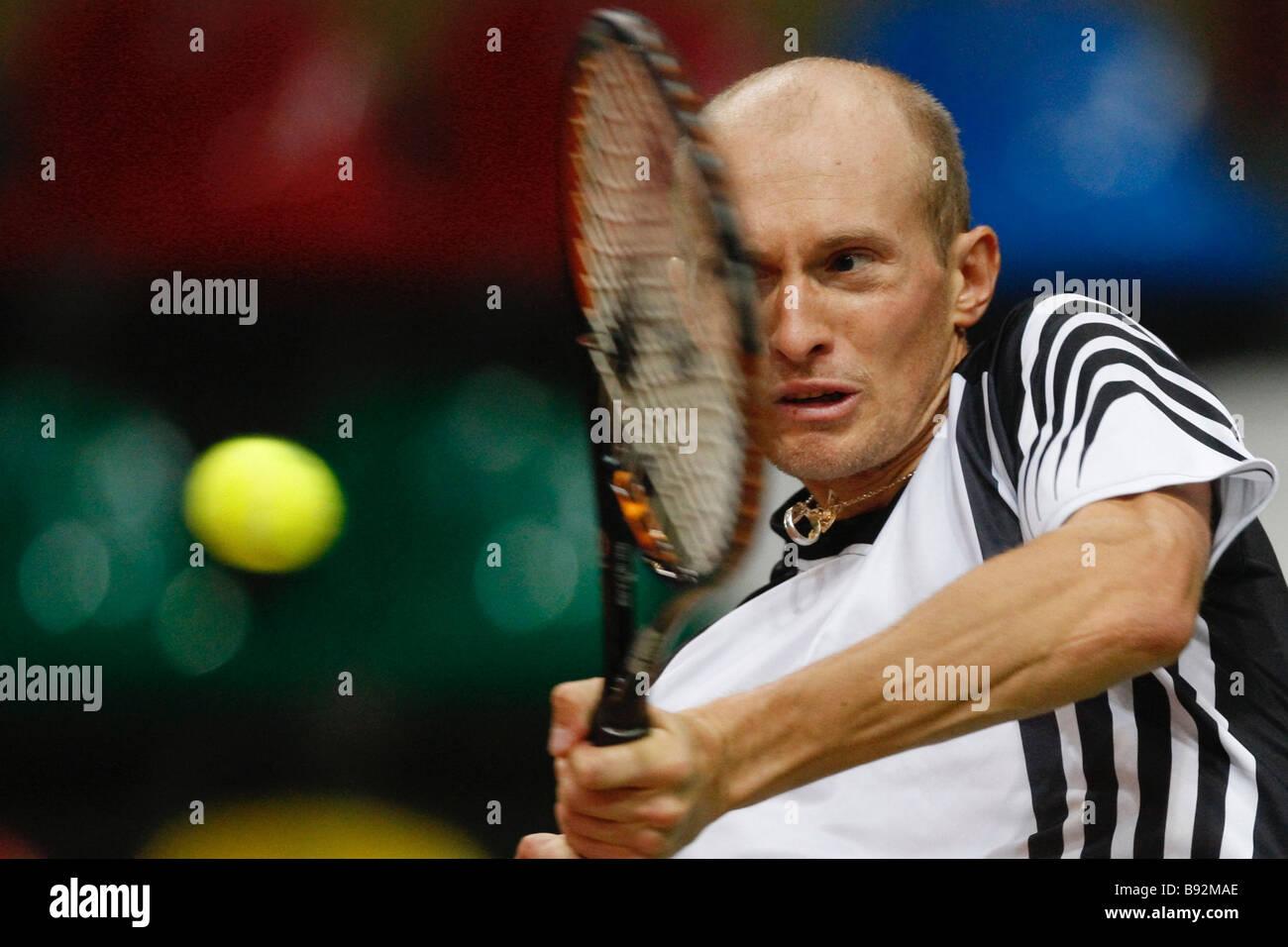 El tenista ruso Nikolay Davydenko practicando para la próxima Copa Davis primera ronda match entre Rusia y Serbia Foto de stock