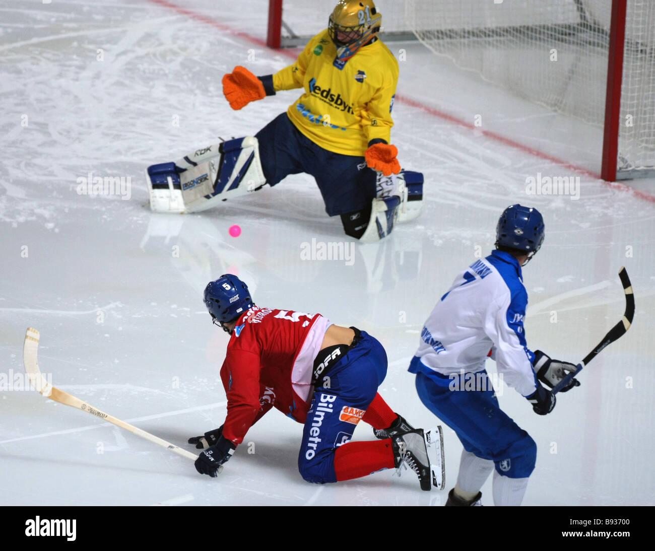 Arriesgada momento cerca Edsbyn s gol en el partido decisivo en el estadio Edsbyn Krylatskoye entre Suecia y Rusia la dinamo Foto de stock