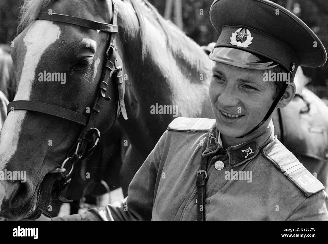 Este hombre alistado sirve en el Regimiento de Caballería de la División Tamanskaya Foto de stock