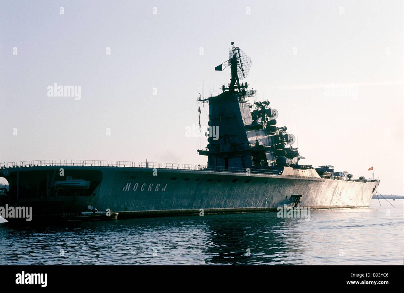 El Moskva GM HEAVY CRUISER el buque insignia de la flota del Mar Negro está de vuelta a Sebastopol base central Foto de stock