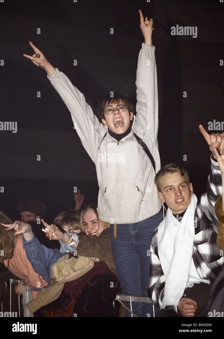 Los groupies en un concierto de música rock Foto de stock