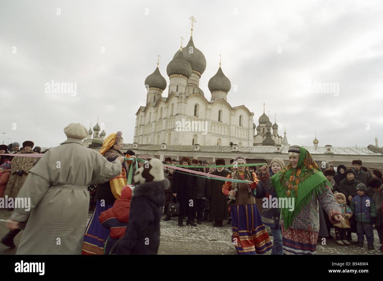 Fiestas populares en la Plaza de la Catedral del Kremlin de Rostov Foto de stock