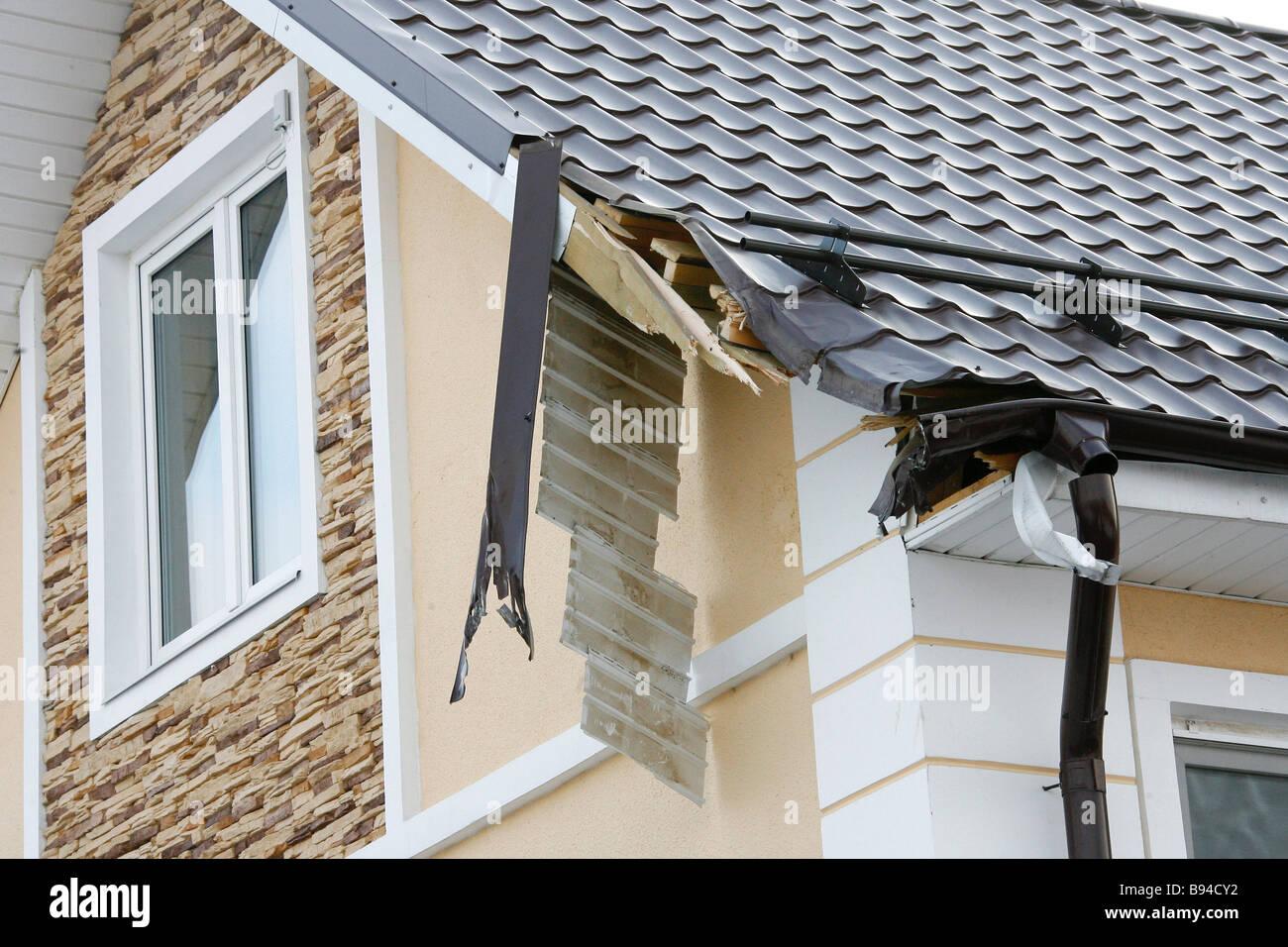 Daños infligidos al techo Delovoi Editores Mir director general Sergei Orishchenko s casa rural en la finca Ozerki por el Foto de stock