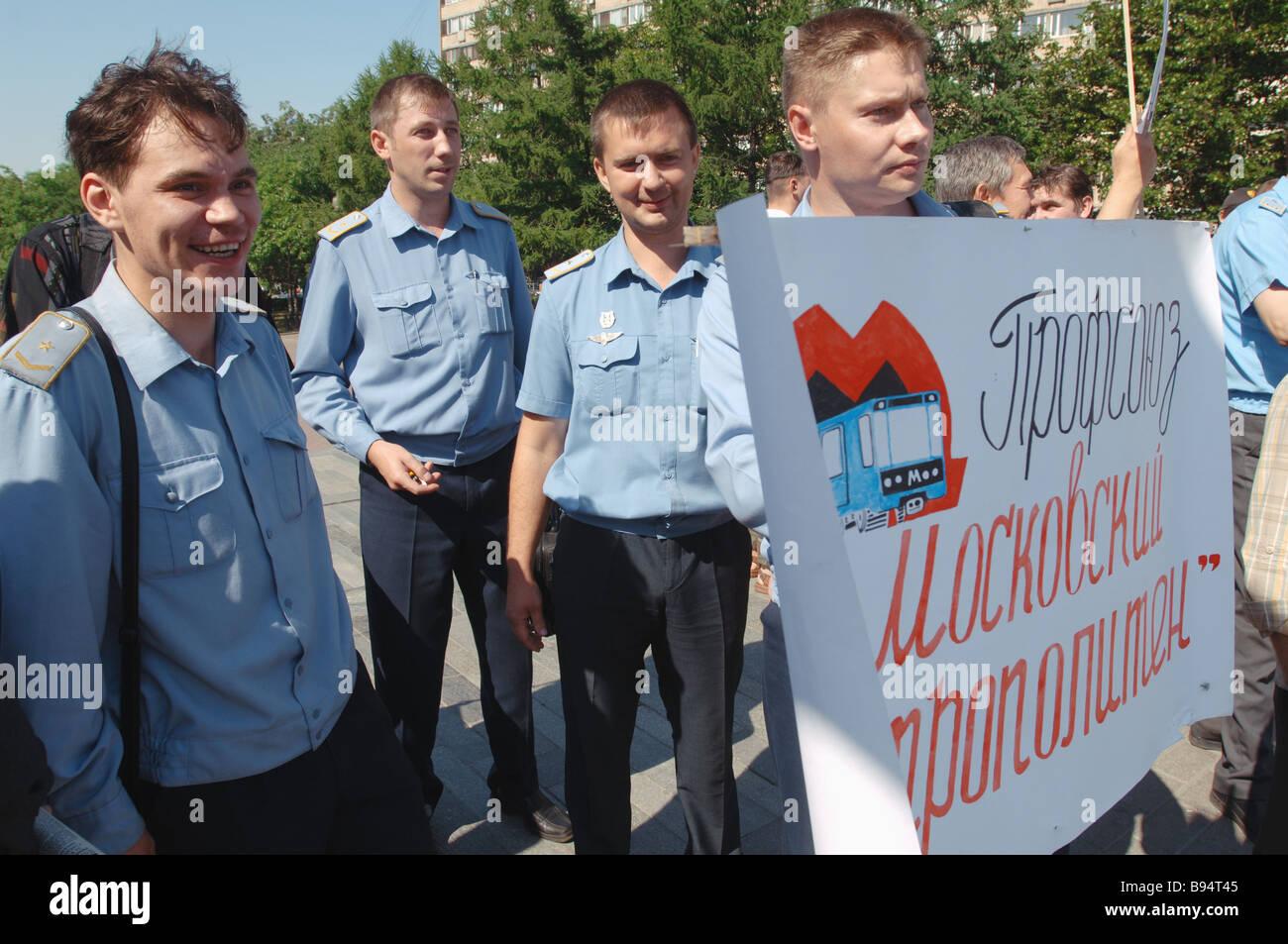 Piquete de los GUP Metro de Moscú exigiendo mayores salarios y mejores condiciones de trabajo y una mayor seguridad para los pasajeros Foto de stock
