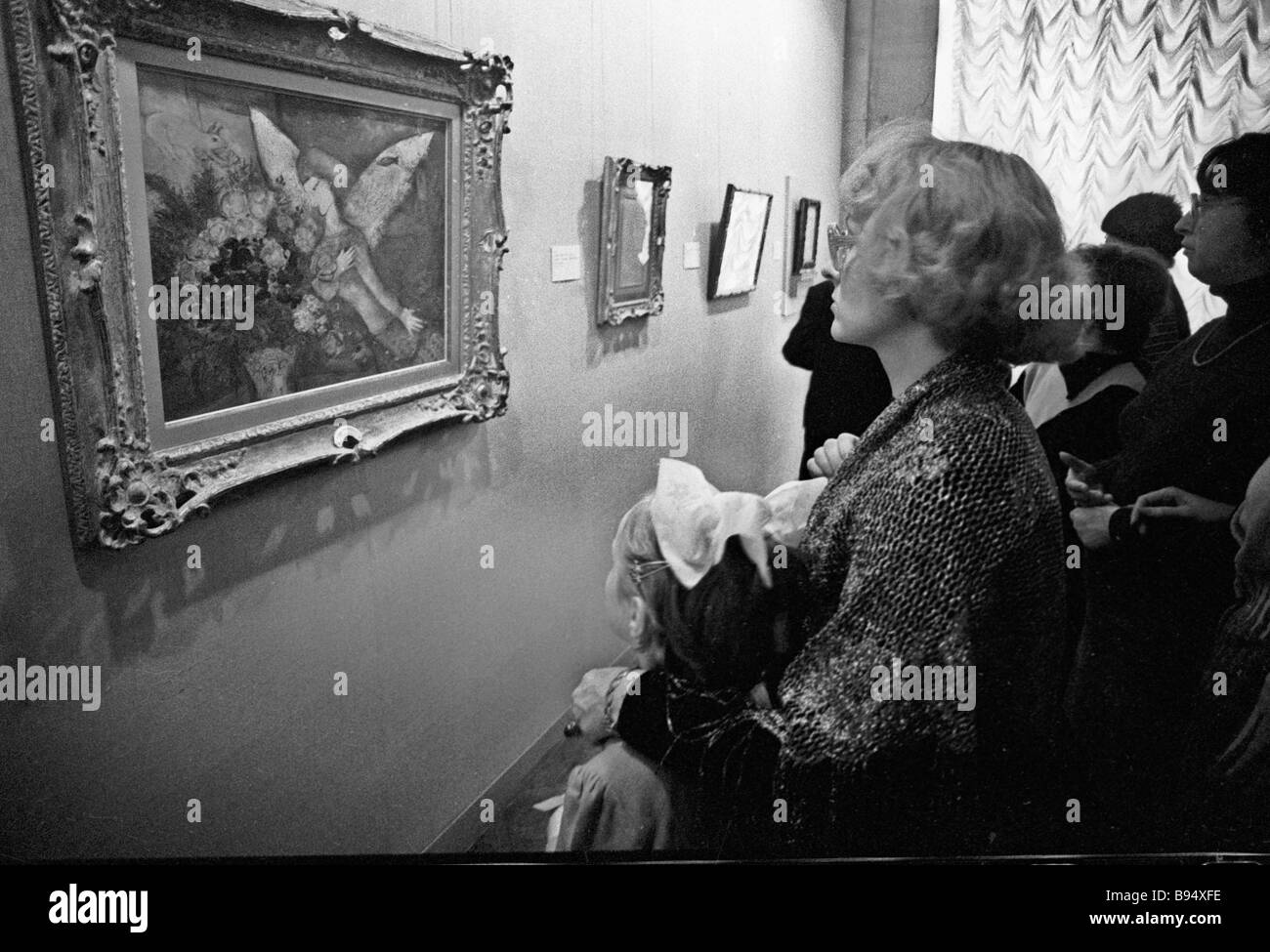 Un visitante de la exposición de la Armand Hammer colección privada de pinturas El Angel Azul de Marc Chagall Foto de stock