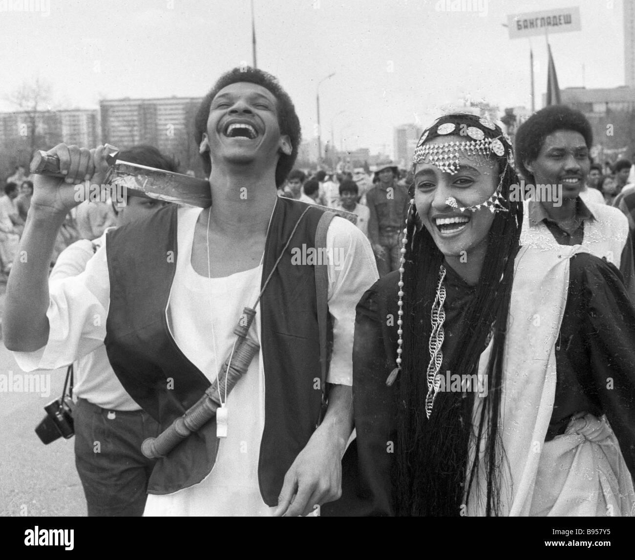 Los participantes de un festival folclórico estudiantil Imagen De Stock