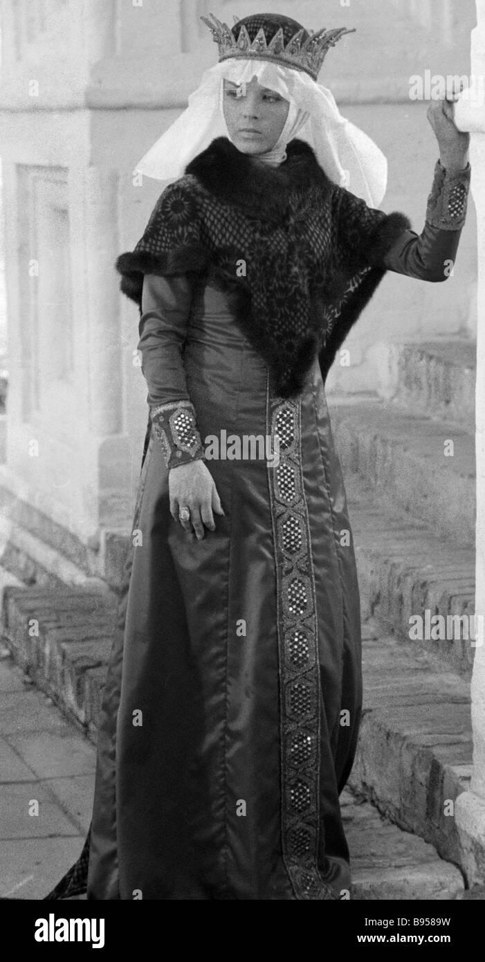 6269f3867 Una chica en un traje ruso del siglo XVI Foto & Imagen De Stock ...