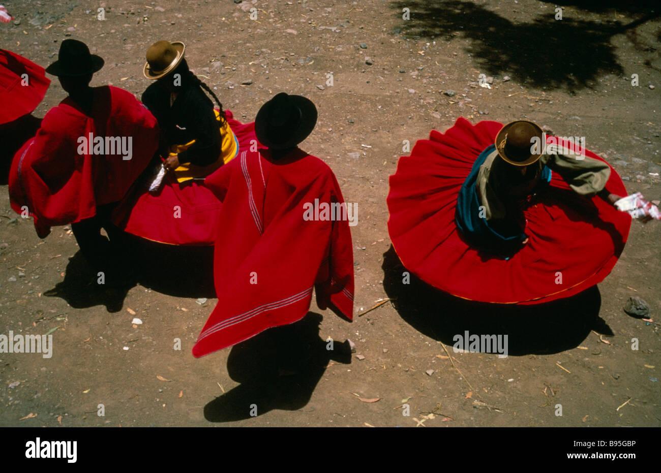 Perú Puno Lago Titicaca Aymara indios andinos spinning bailarines vestidos  de rojo faldas y ponchos festividades 7baf9074fe7
