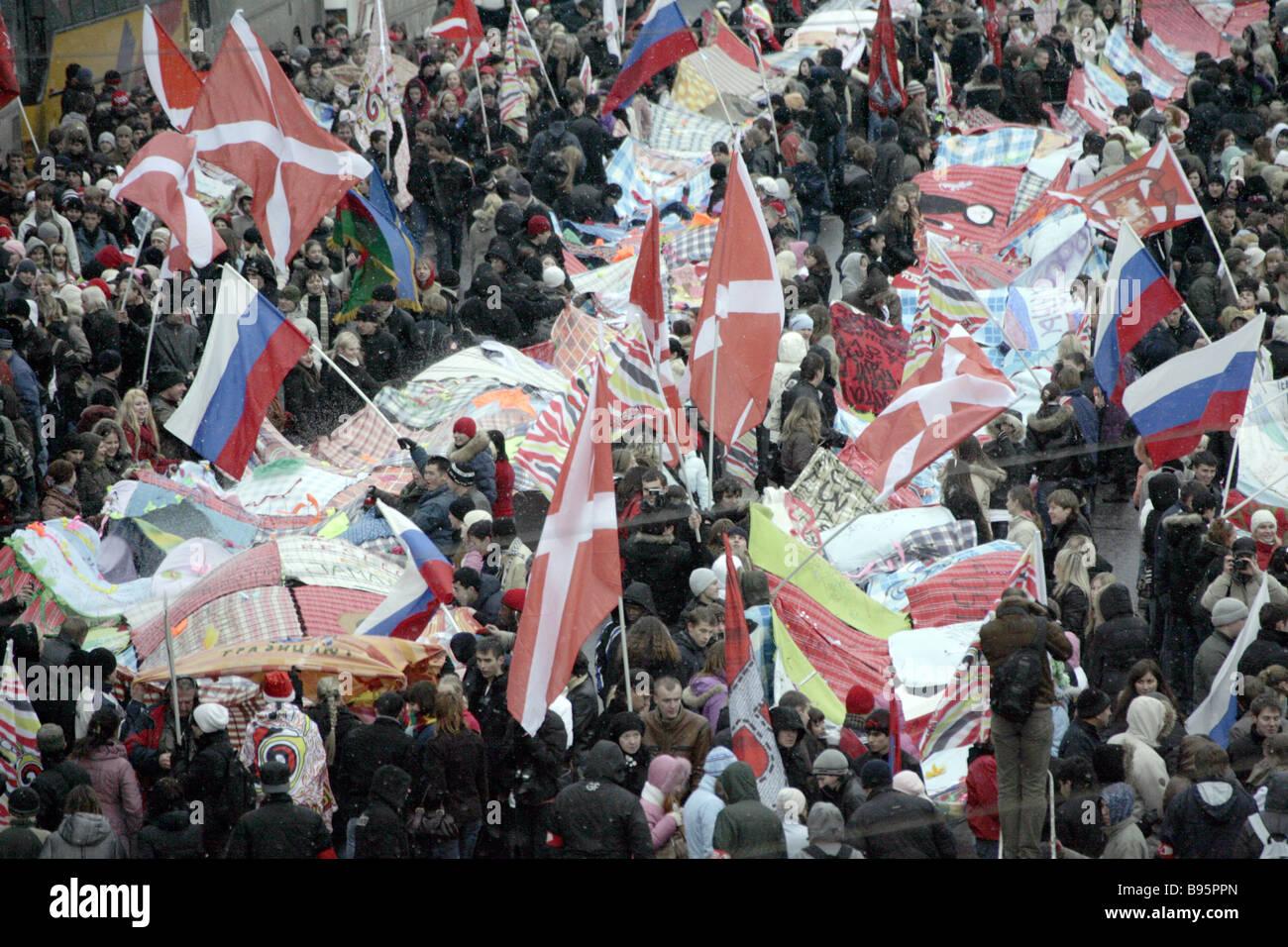 Los activistas del movimiento juvenil nashi nuestro rumbo Vasilyevsky pendiente cerca del Kremlin para propagar Imagen De Stock