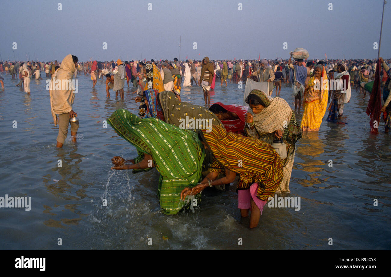 Asia meridional India Uttar Pradesh Río Ganges peregrinos bañarse en agua durante el Ganga Sagar Festival. Imagen De Stock