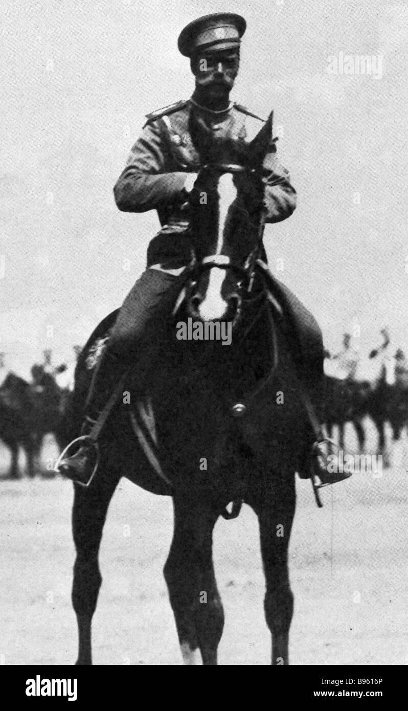 El emperador Nicolás II a caballo revisando tropas Foto de stock