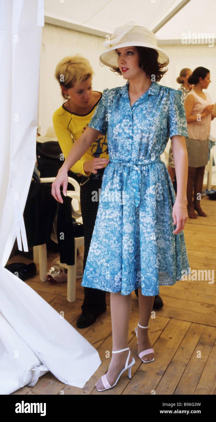 Fashion Show de 50 60s durante el estilo retro coche festival de Moscú Imagen De Stock