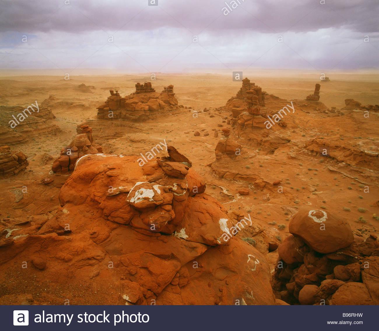 Sandstorm de primavera a lo largo de los acantilados Eechii Adeiii Western Desierto Pintado Reservación de los Indios Foto de stock