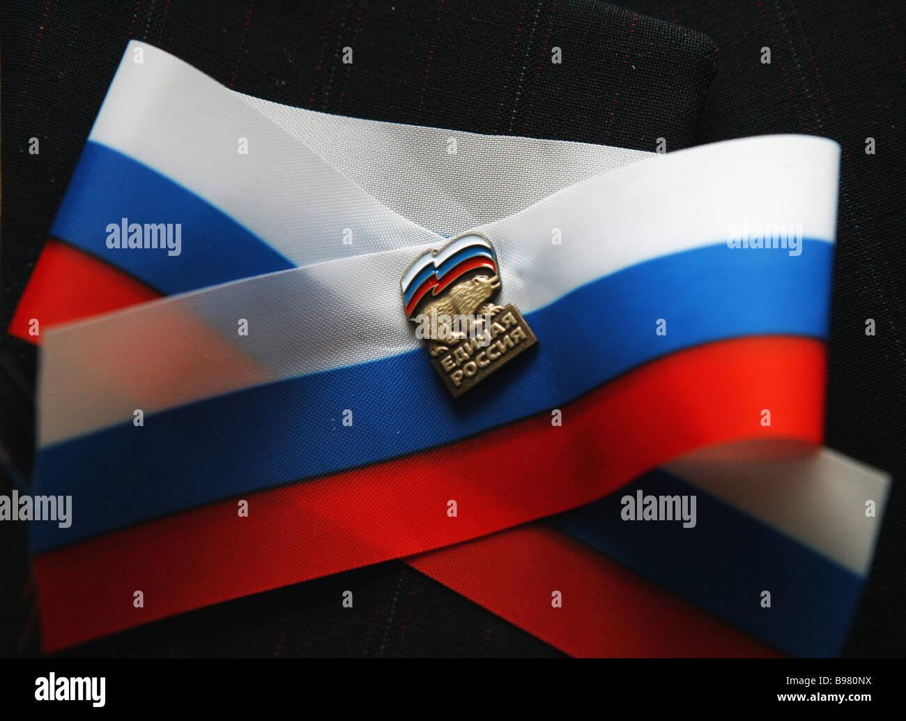 Con ocasión del Día Rusia Rusia Unida diputados llevaban cintas con ur insignias Imagen De Stock