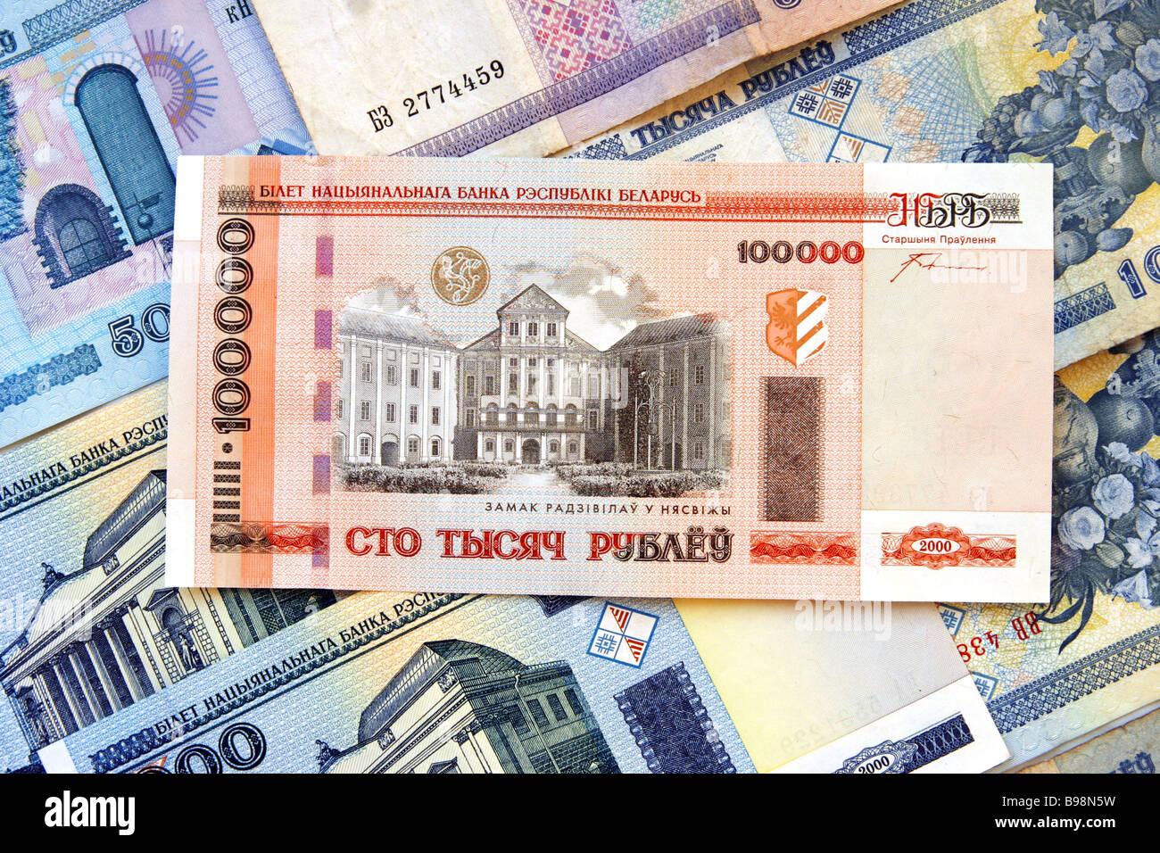 Las unidades monetarias de la República de Belarús cien mil Rublos Bielorrusos Foto de stock