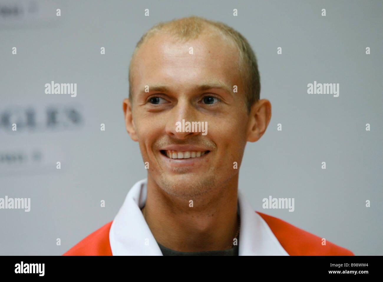 El tenista ruso Nikolay Davydenko número cuatro ranking durante el sorteo de la Copa Davis El Estadio Luzhniki Foto de stock