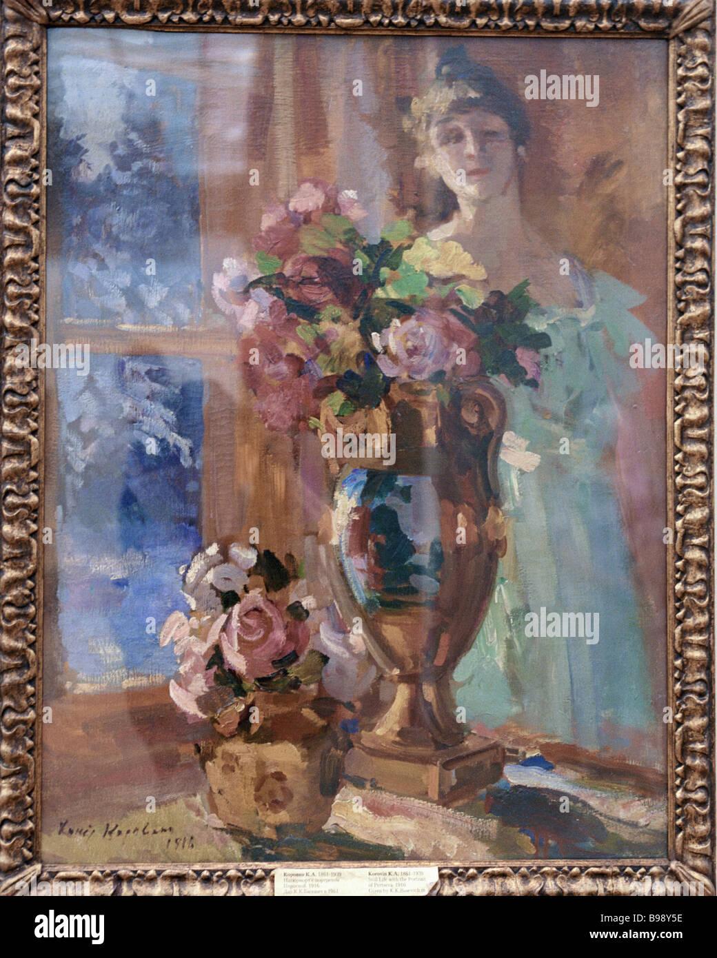 Konstantin Korovin un bodegón con el retrato del Pertsova exhibidos en la exposición en los destinos de Imagen De Stock