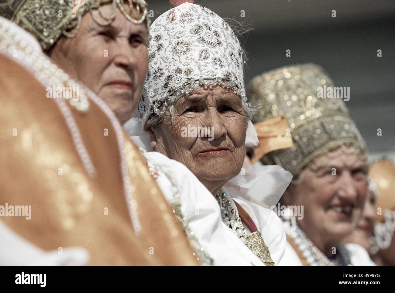 Coro de los veteranos Nyonoksa village Foto de stock