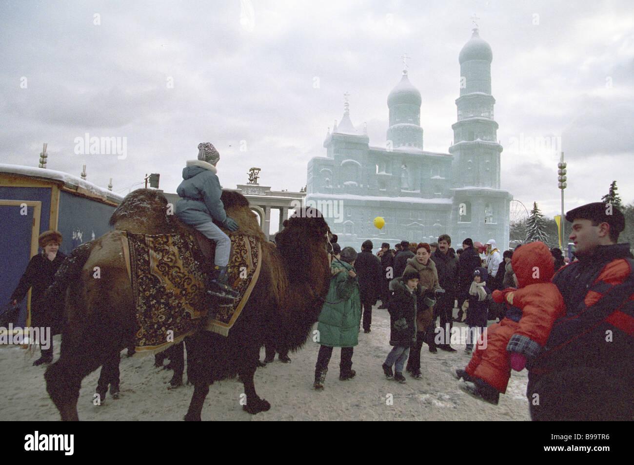 Fiestas de Navidad en el Centro de Exposiciones de Toda Rusia VVTS Foto de stock