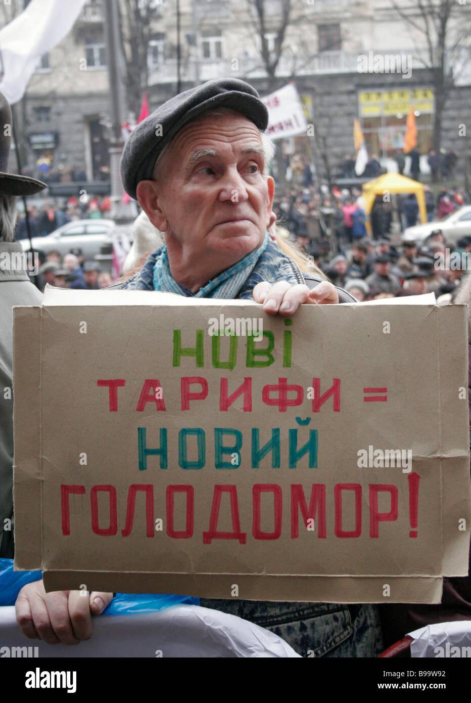 Los habitantes de Kiev protestando contra un aumento de aranceles sobre vivienda y servicios comunales y utilidades Imagen De Stock