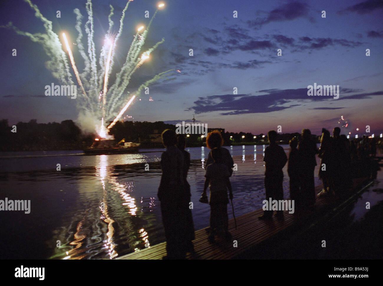 Fuegos artificiales en ocasión de Pskov s 1100th aniversario Imagen De Stock