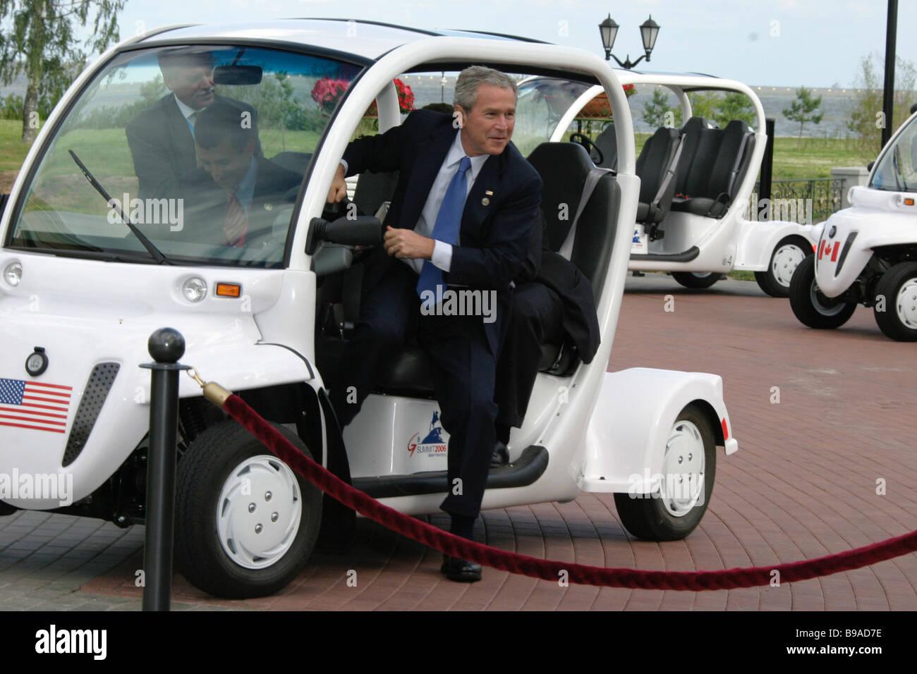 U S el Presidente George Bush antes de la reunión de trabajo de los dirigentes del G8 Foto de stock