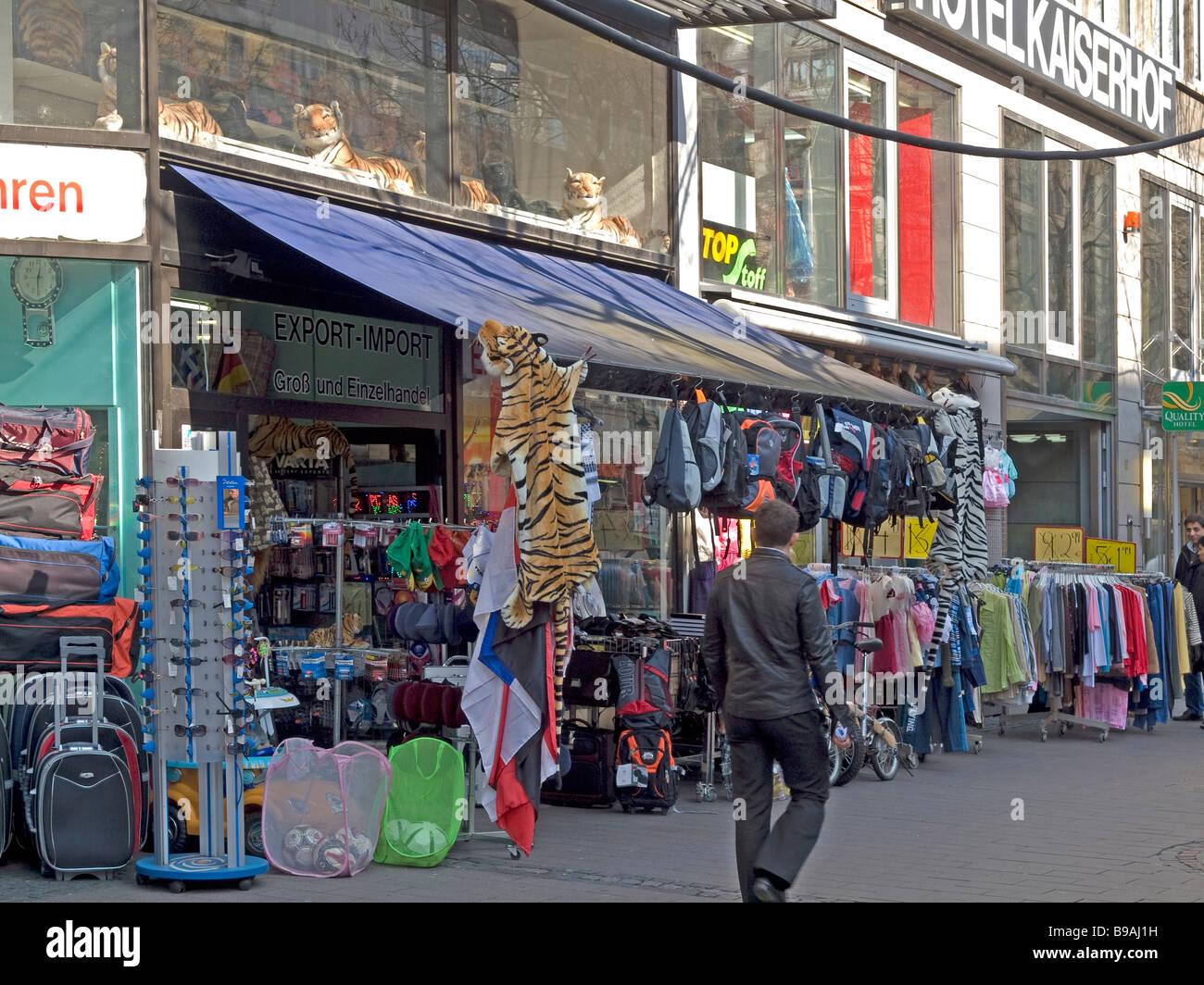 53999030a1b54 Tienda con mochilas y ropa y gafas de sol untensils recuerdos en Kaiserstraße  Frankfurt am Main Hessen Alemania
