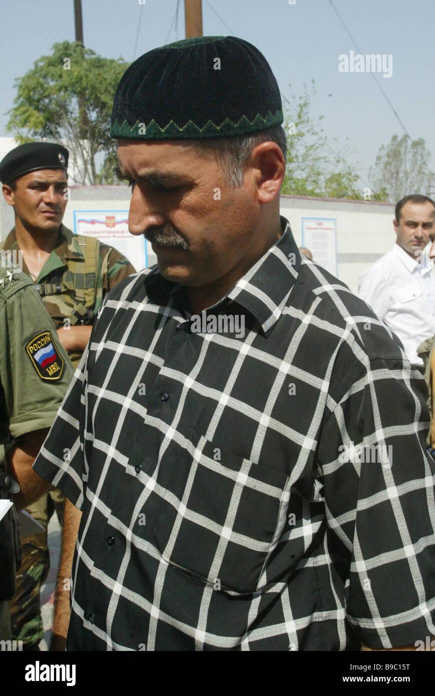 Uno de los miembros de las formaciones armadas ilegales que se entregó a las autoridades en Gudermes Imagen De Stock