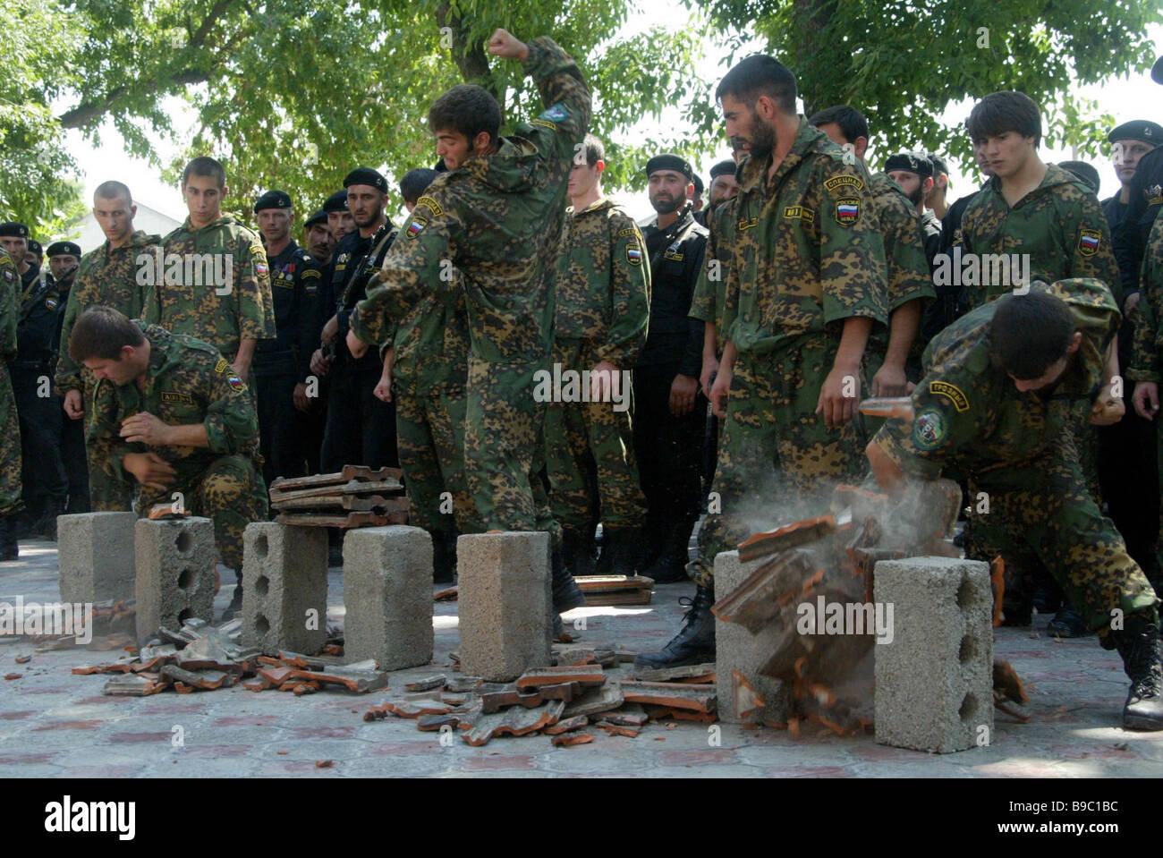 Una demostración del Ministerio del Interior checheno tarea especial soldados del regimiento Imagen De Stock