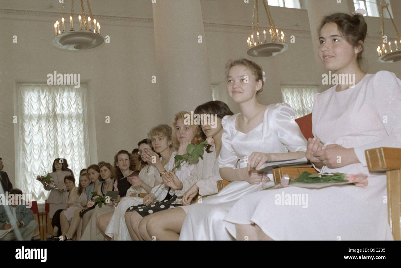 La única ciudad de graduados de escuela secundaria para niñas en la Sala de Asambleas del Palacio Nikolayevsky Imagen De Stock