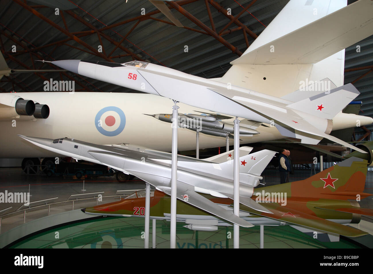 RAF Cosford museo del modelo soviético Mig-25 de la fuerza aérea de la URSS y Tupolev Tu-22 aviones en Imagen De Stock