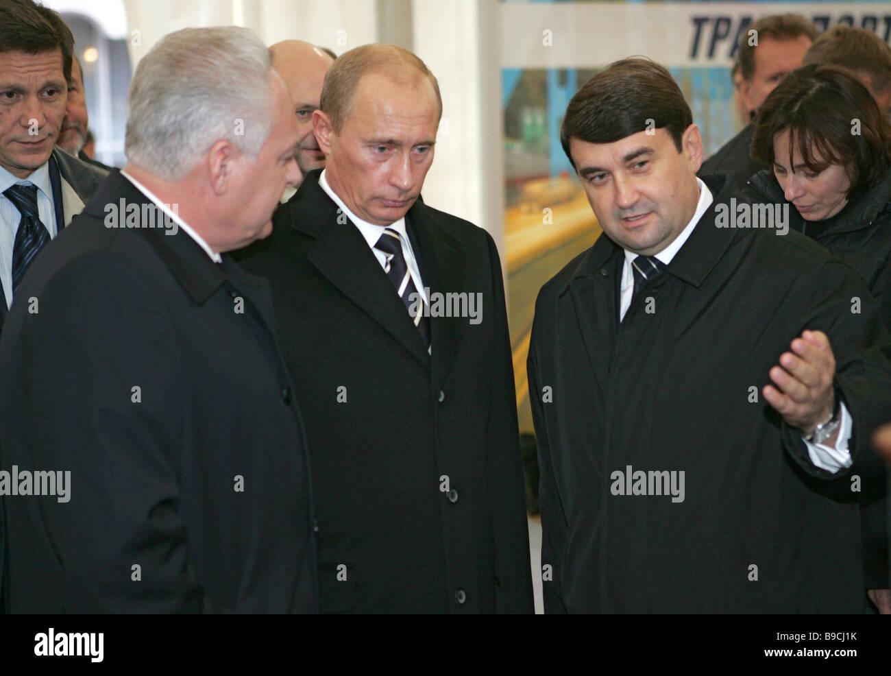 Mientras estaba en un viaje rutinario de Yaroslavl el presidente ruso, Vladimir Putin, visita una exposición Imagen De Stock