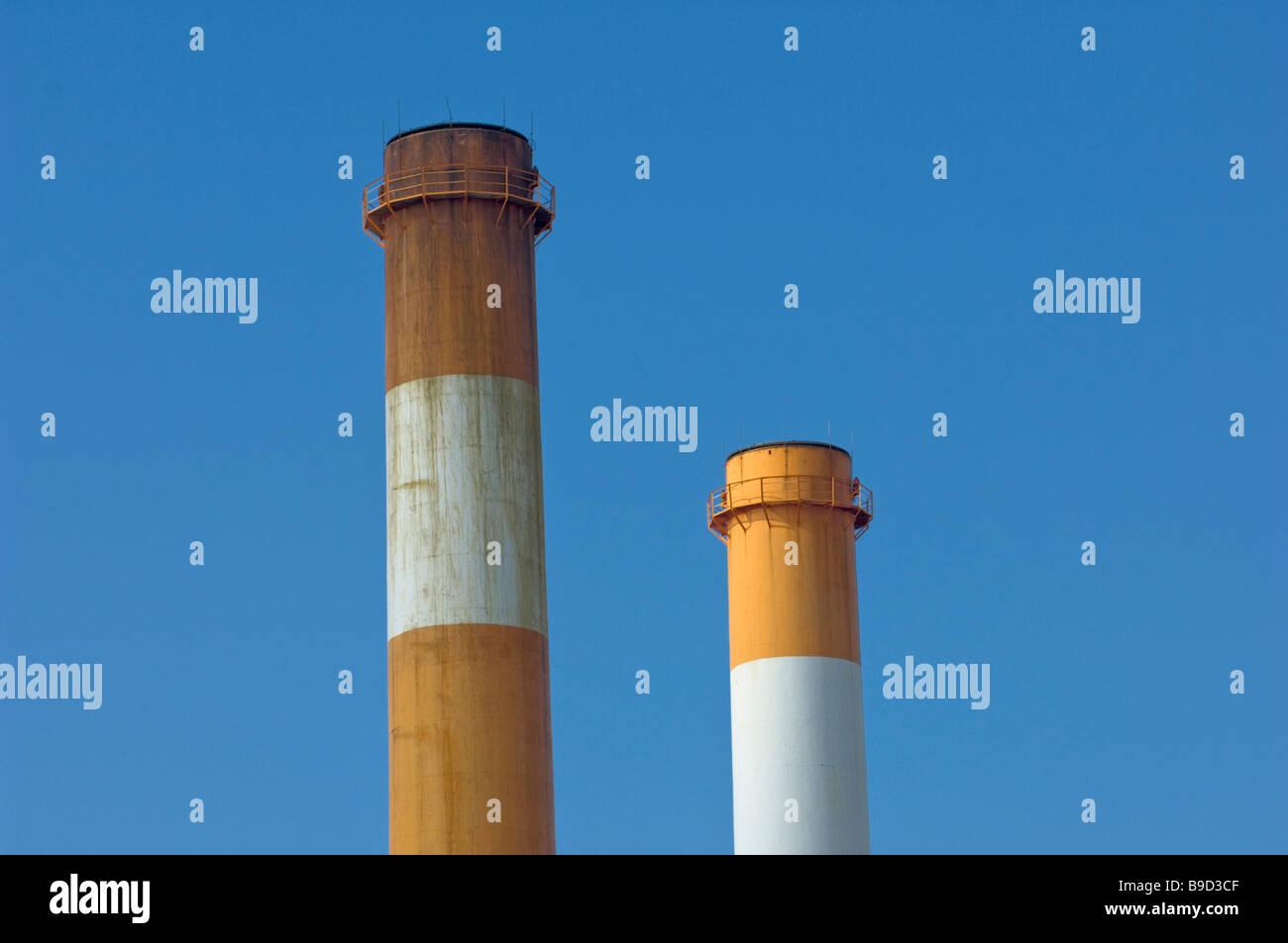 La chimenea de la contaminación la calidad del aire limpio cielo sucio. Imagen De Stock