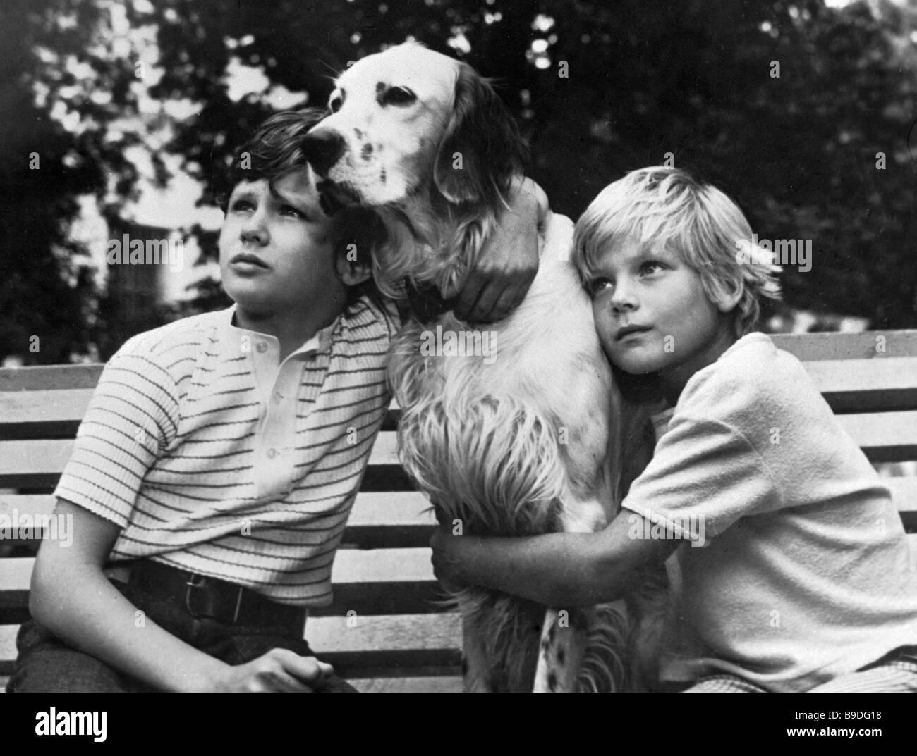 Los niños con un perro en una escena de la película White Bim la oreja negra basada en la historia por Imagen De Stock