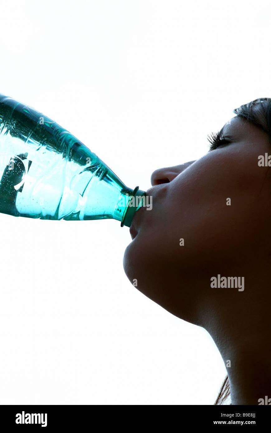 Mujer de beber agua de una botella Imagen De Stock