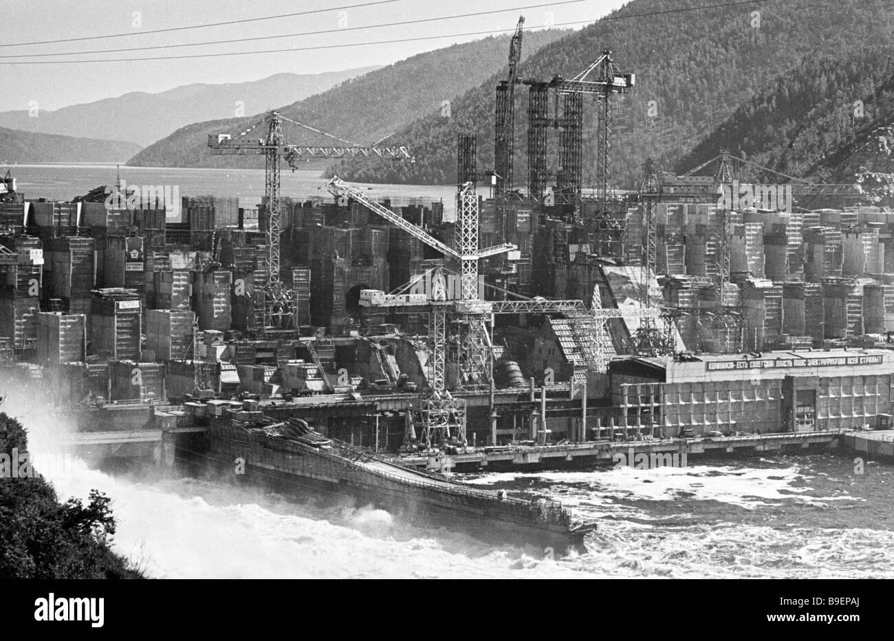 Zeya central hidroeléctrica presa construida en las condiciones de permafrost Foto de stock