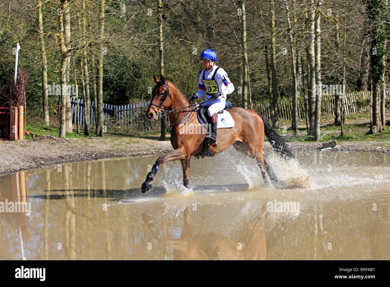 Un día caballo cubriendo sucesos aleatorios saltos de agua y terrenos inusuales Imagen De Stock