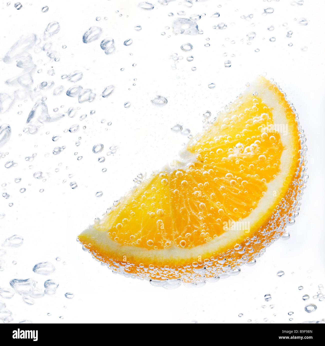 Pieza de naranja bajo el agua. Imagen De Stock
