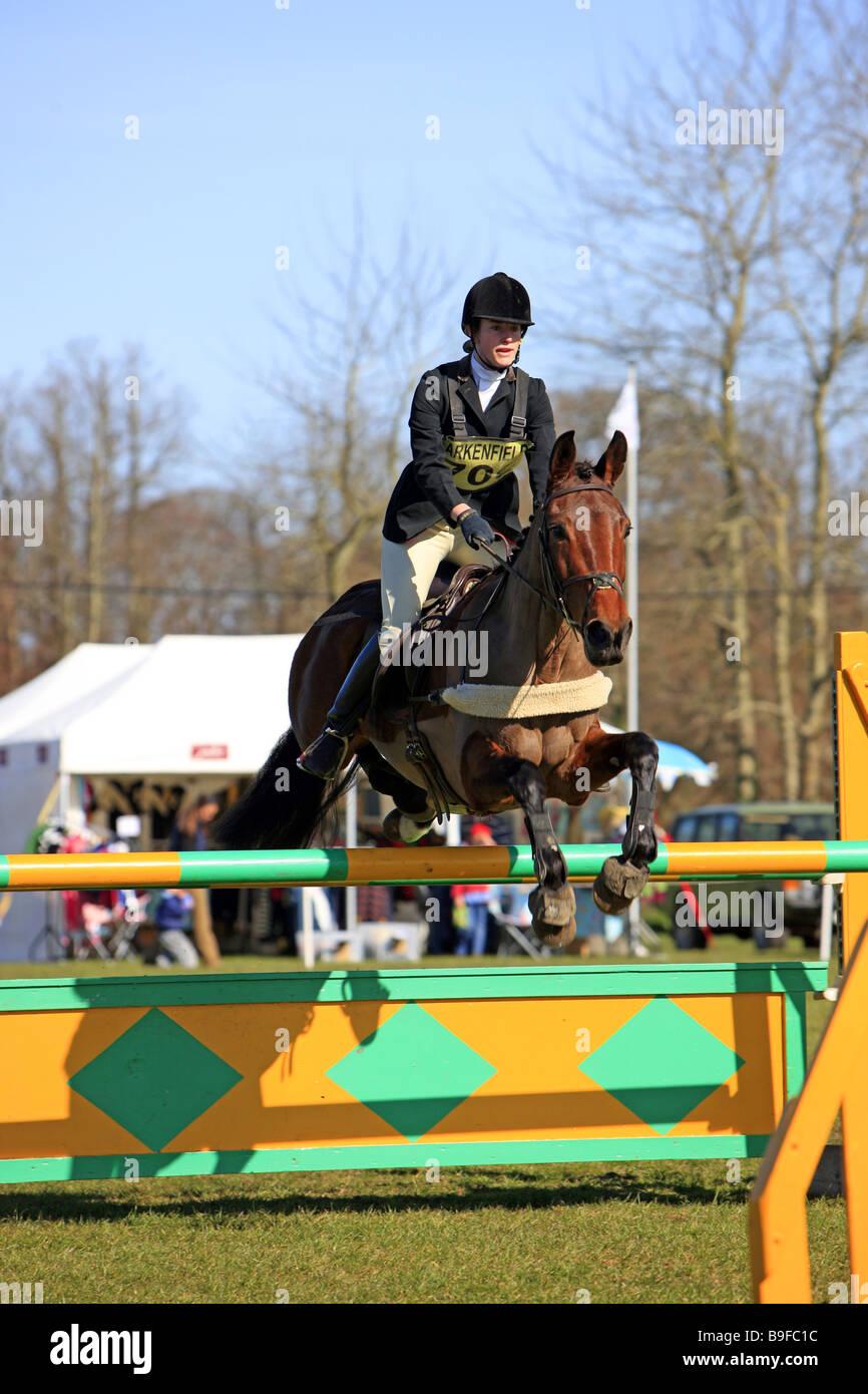 Jinete femenino en un Horse Show Jumping evento en Inglaterra rural Imagen De Stock