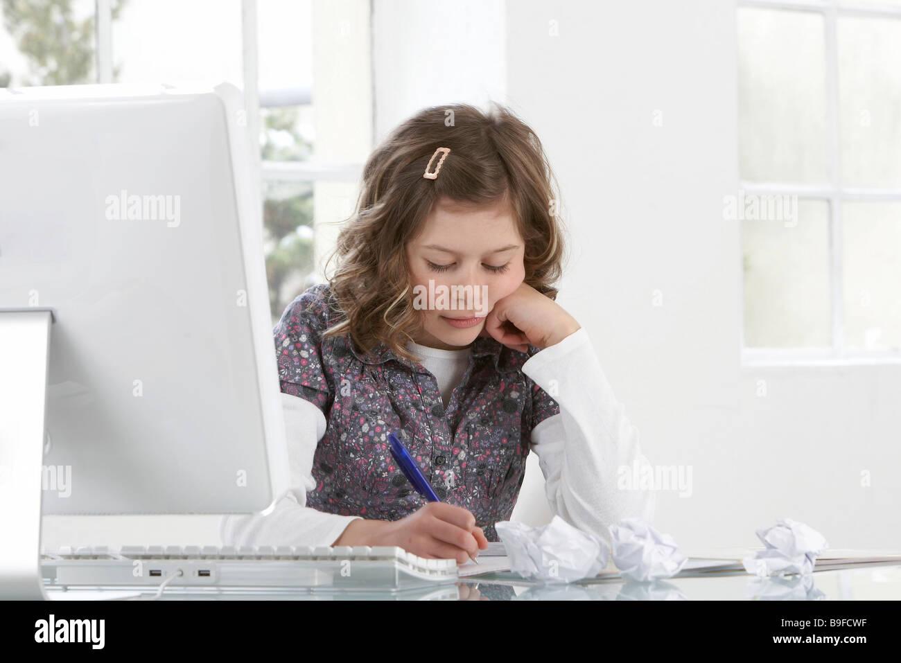 Close-up de niña estudiando en la mesa Imagen De Stock