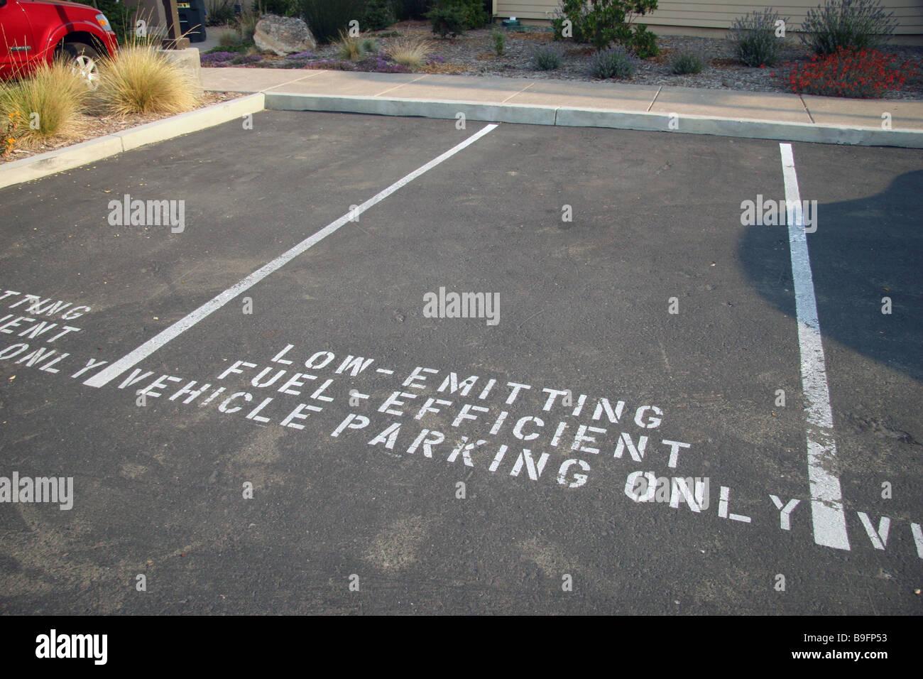 Lugares de estacionamiento designados para emisores de bajo consumo eficiente de combustible coches al Gaia Napa Imagen De Stock