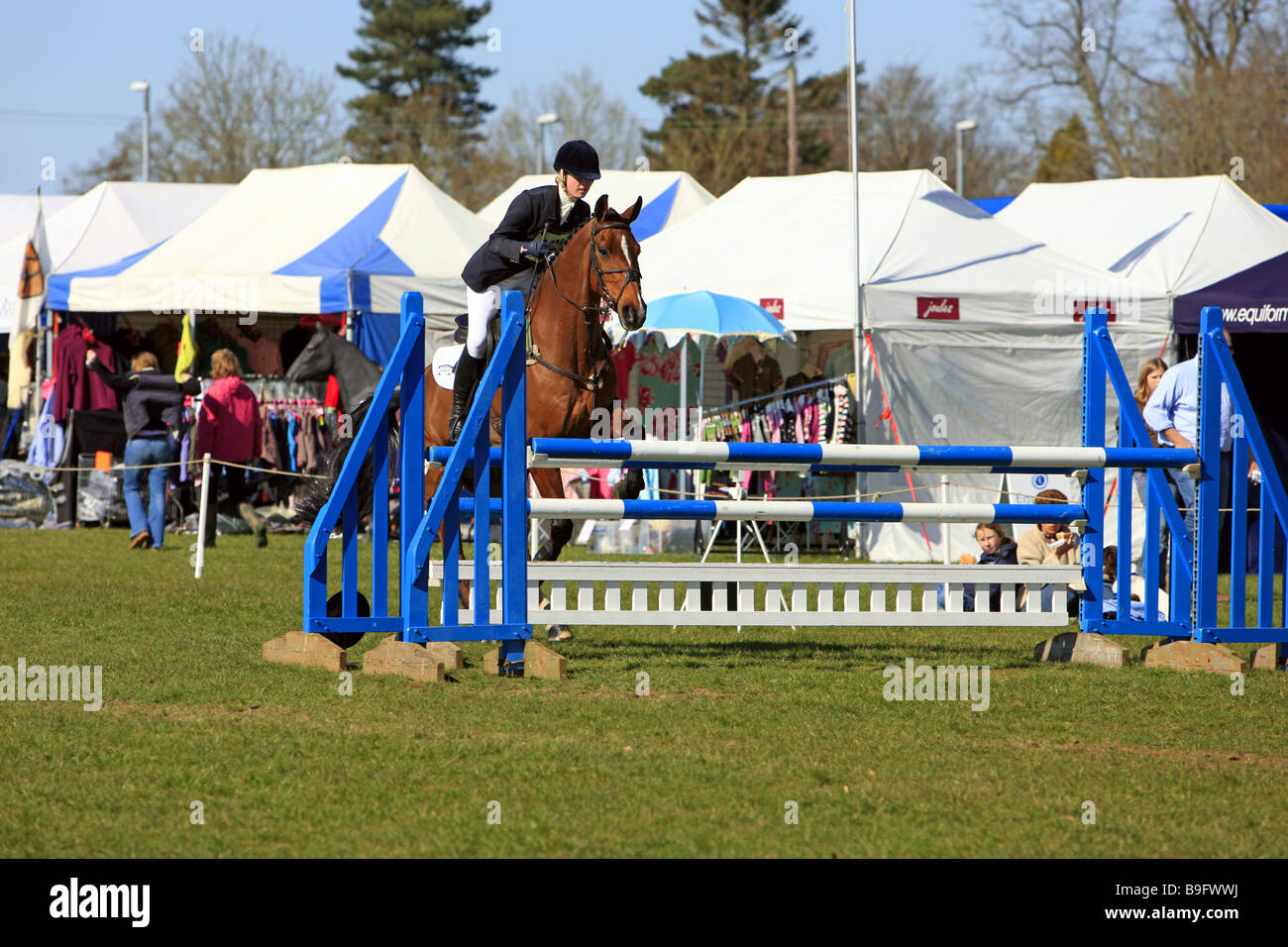 Jinete femenino en un Horse Show Jumping evento en Inglaterra rural Foto de stock