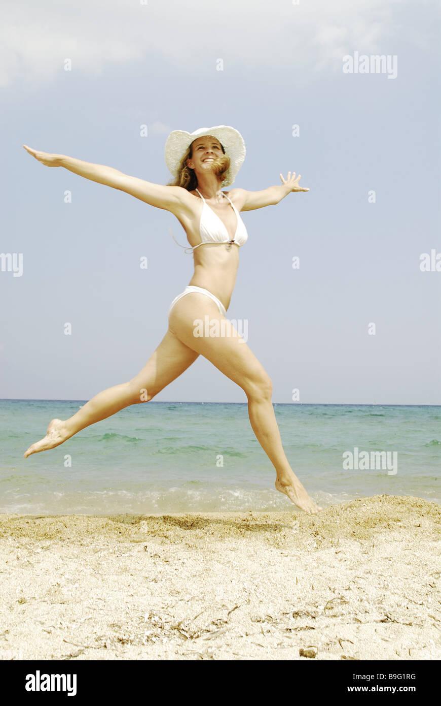 Playa Bikini mujer sombrero corriendo alegremente caper series personas  rubia vestido de baño sombrero de paja sombrerería movimiento retozar 73fd92b64d8