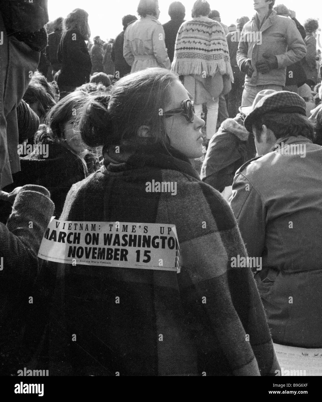 Palabras sobre el lomo de un participante en un mitin contra la guerra de Vietnam Vietnam el tiempo es hasta marzo Imagen De Stock